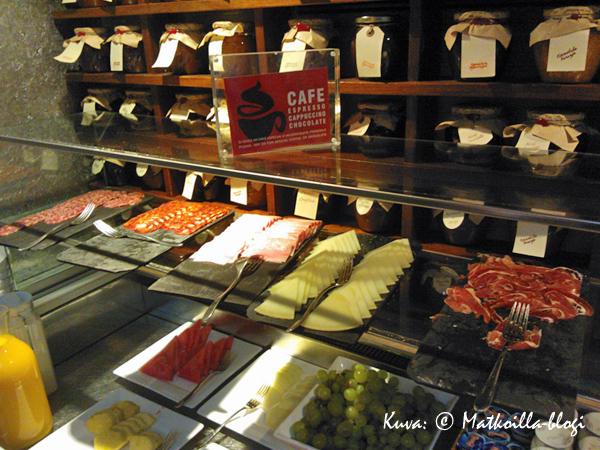 ...tosin olihan pöydässä onneksi myös suolaista. Loistava aamiaien, juuri meidän lomamakuumme! Kuva: © Matkoilla-blogi