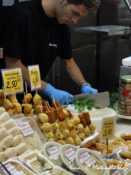 Kalatiskillä kalan seuraksi pilkottiin pakettiin valmiiksi myös yrtit. Kuva: © Matkoilla-blogi
