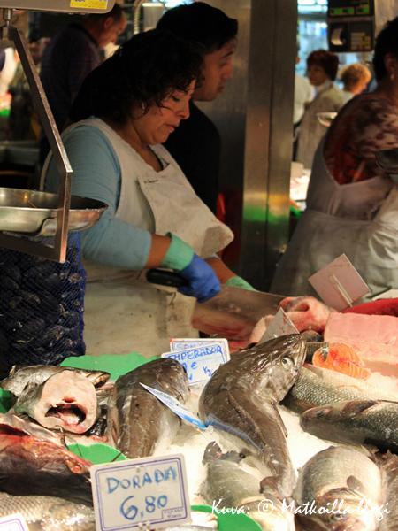 Huomatkaa kalakauppiaan veitsi. Kuva: © Matkoilla-blogi