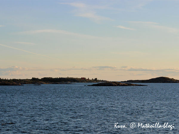 Kökarin satama ja kirkko häämöttää jo. Kuva: © Matkoilla-blogi