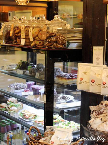 ...ja jos kahvihammasta kolottaa eikä malta odotella kakkuvitriinien herkkujen maistelemista kotiin asti voi aina istahtaa kahville hallissa. Kuva: © Matkoilla-blogi
