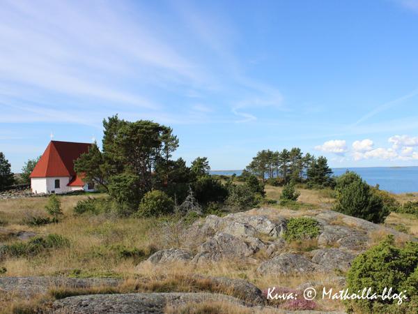 Kökarin S:ta Annan kirkko - meren äärellä. Kuva: © Matkoilla-blogi