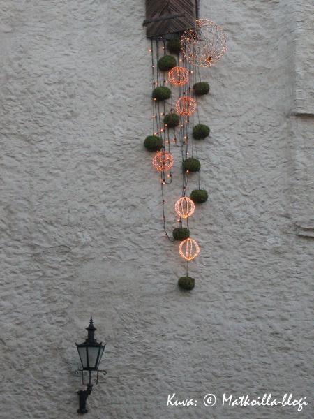 Tallinnan Vanhakaupunki koristautuu joulua varten. Kuva: © Matkoilla-blogi