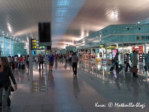 Barcelonan El Prat-lentokentän terminaali 1 miellytti avaruudellaan ja valoisuudellaan. Kuva: © Matkoilla-blogi