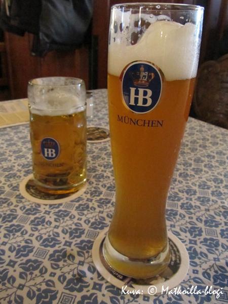 Hofbräuhausin pienet oluet. Se isompi oli kuljettajan alkoholiton. Kuva: © Matkoilla-blogi