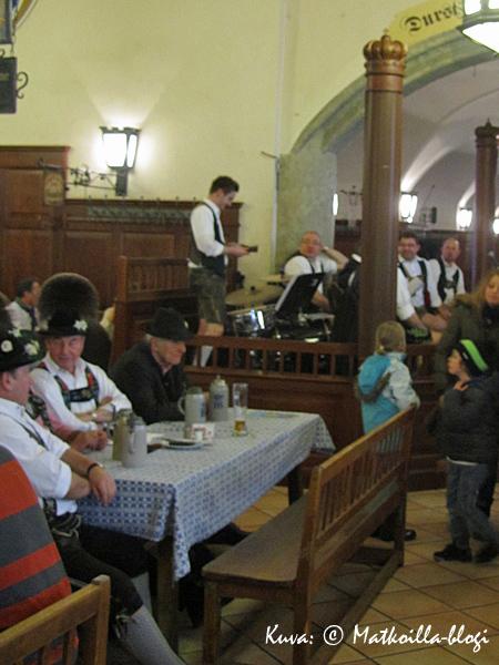 Hofbräuhausin Schwemmen Stammtischin sedät kolpakon ääressä. Kuva: © Matkoilla-blogi