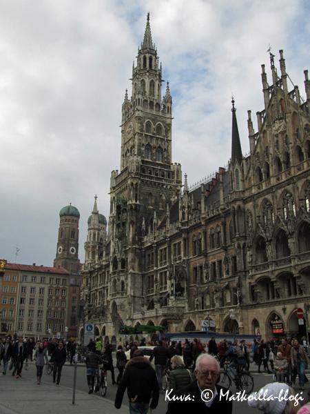 Münchenin komea Raatihuone, taustalla Frauenkirchen tunnusomaiset tornit. Kuva: © Matkoilla-blogi