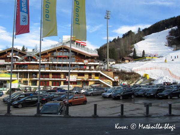 Planai-stadionin maalialue on MM-cupin kilpailujen välissä autojen valloittama. Kuva: © Matkoilla-blogi