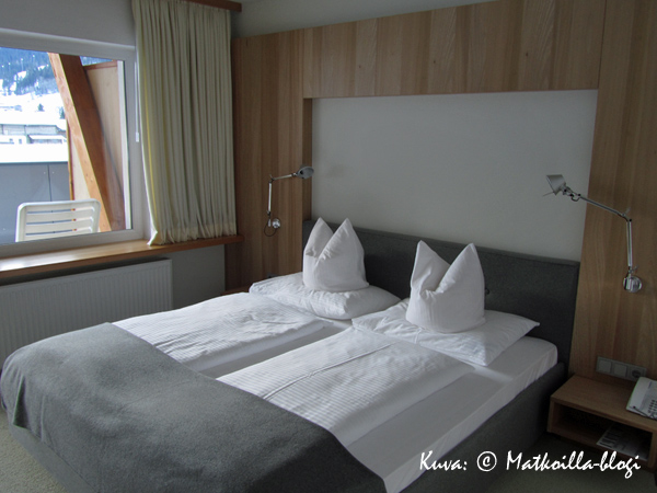 Valoisa huoneemme oli modernisti sisustettu vaalealla puupanelilla. Kuva: © Matkoilla-blogi