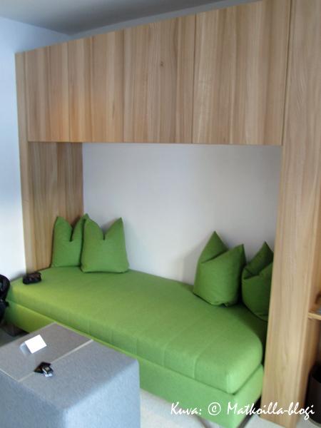 Moderni itävaltalainen tyyli suosii nykyään myös melko kirkkaita värejä ja huopa eri pinnoilla. Kuva: © Matkoilla-blogi