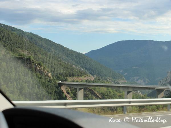 Moottoritiemaisemaa Pyreneiltä. Kuva: © Matkoilla-blogi