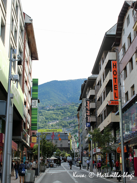 Andorra la Vellaa halkova pääkatu. Kuva: © Matkoilla-blogi