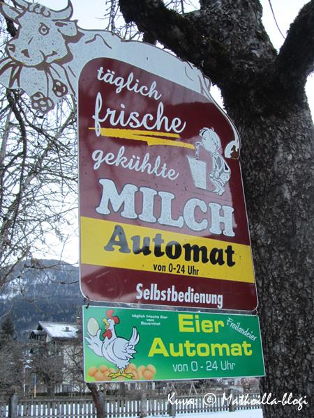 Maitoa ja kananmunia tarjolla - itsepalveluautomaatista. Kuva: © Matkoilla-blogi