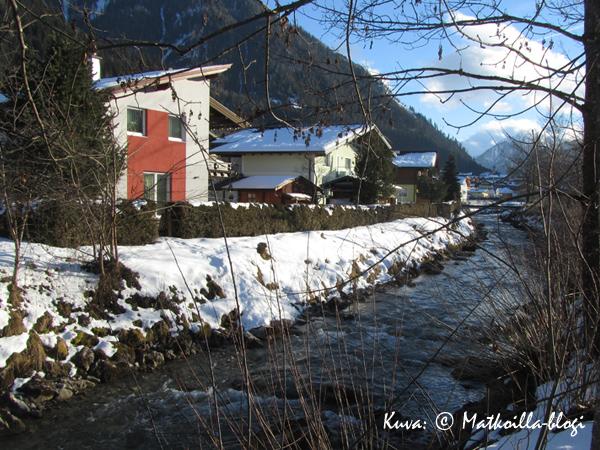 Flachaun kylän pitkulaista keskustaa halkoo joki. Kuva: © Matkoilla-blogi
