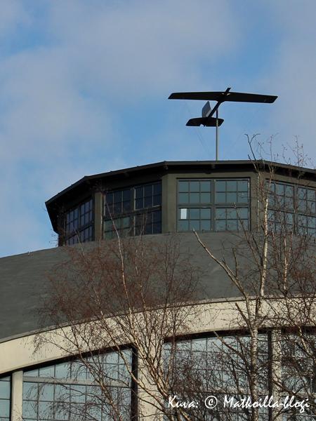 Lennusadamin katolla oli, kuinkas muutenkaan, lentokone tuuliviirissä. Kuva: © Matkoilla-blogi
