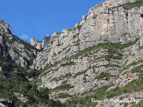 Montserratin luostari häämöttää ylhäällä vuorenrinteellä. Kuva: © Matkoilla-blogi