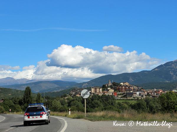 """Aivan ilmetty """"Pienen Suklaapuodin"""" kylä - tosin Pyreneillä. Kuva: © Matkoilla-blogi"""
