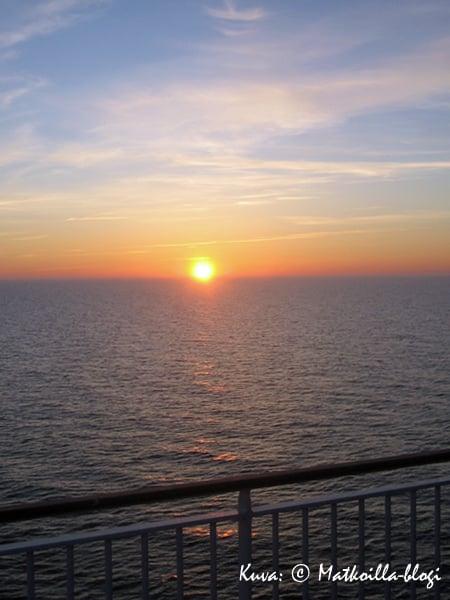 Auringonlasku keväisellä Itämerellä. Kuva: © Matkoilla-blogi