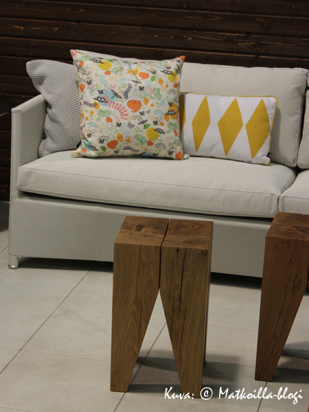 …ja sohvapöytä, mallia kulmikas… Kuva: © Matkoilla-blogi