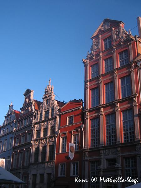 Gdanskin vanhankaupungin päätytaloja iltapäiväauringossa. Kuva: © Matkoilla-blogi