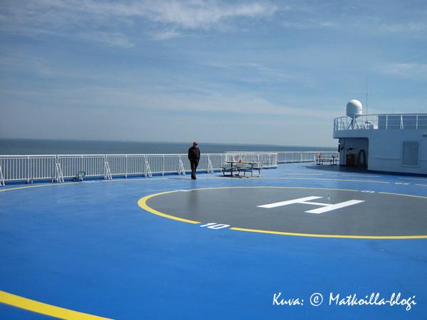Avara helikopterikansi ja aurinkoinen, aava Itämeri. Kuva: © Matkoilla-blogi