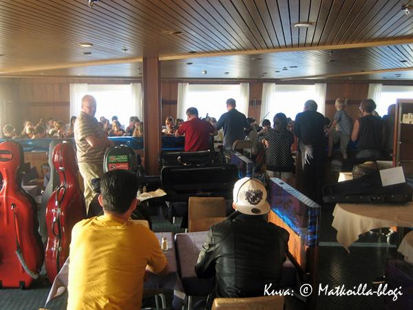 Meripäivän aikana saimme nauttia myös nuoriso-orkesterin konsertistsa laivan ruokasalissa. Kuva: © Matkoilla-blogi
