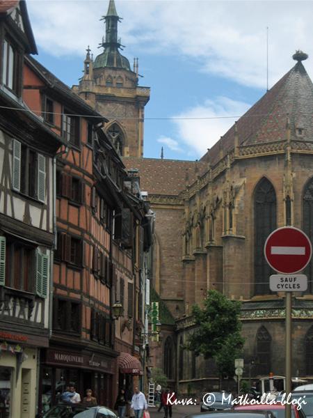 Église Saint-Martin taustalla - huomatkaa myös pesänpaikka kirkon katolla! Kuva: © Matkoilla-blogi