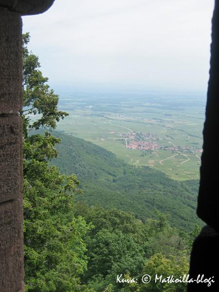 Linna kohoaa 750 metriä alempana näkyvän kylän yläpuolelle. Kuva: © Matkoilla-blogi