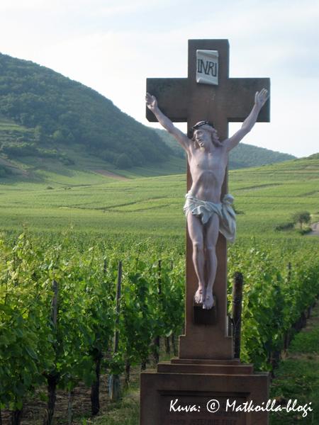 Krusifiksi viinitarhan laidalla. Kuva: © Matkoilla-blogi