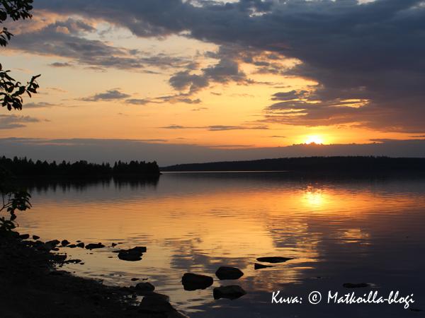 Keskiviikon kuva: Auringonlasku Kiantajärvellä Suomussalmella. Kuva: © Matkoilla-blogi