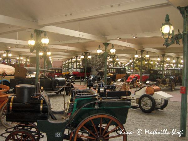 Näyttelyhallissa vanhoja autoja on miltei silminkantamattomiin. Kuva: © Matkoilla-blogi