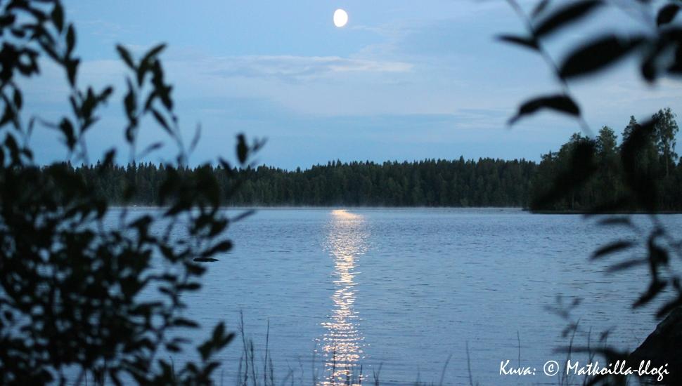 Kuukauden kuva, heinäkuu 2014: Kuunsilta mökkijärvellä. Kuva: © Matkoilla-blogi