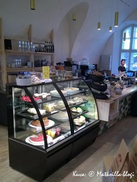Kakku- ja leipävitriinin kohdalla olisi jo iskenyt valinnan vaikeus. Kuva: © Matkoilla-blogi