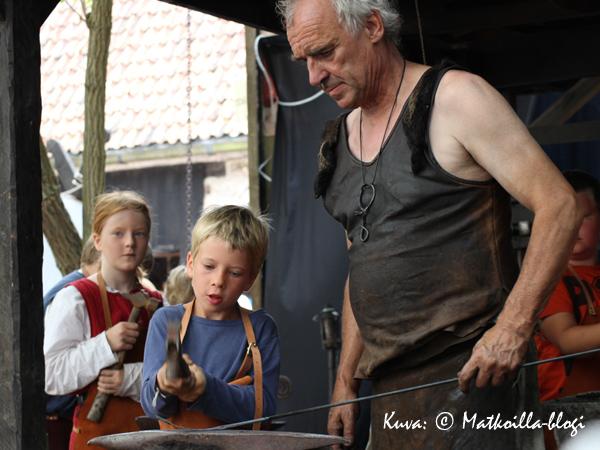 Kapitelhusgårdenissa lapset osallistuivat sepän verstaassa takomiseen. Kuva: © Matkoilla-blogi