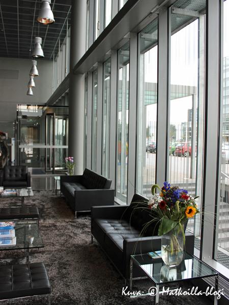 Kone Buildingin ala-aula. Kuva: © Matkoilla-blogi