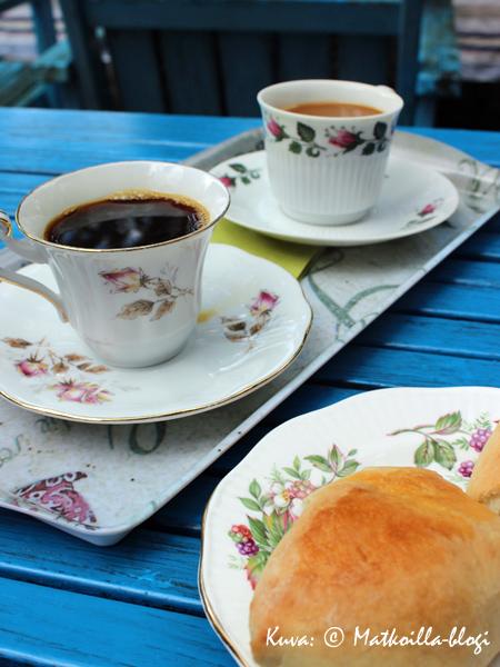 Kahvit ruusukupista puutarhakahvilassa. Kuva: © Matkoilla-blogi