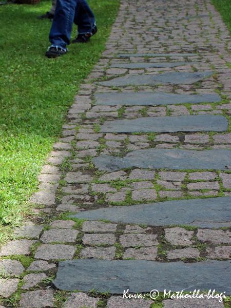 Puutarhan polun kiveyskin voi olla taideteos. Kuva: © Matkoilla-blogi