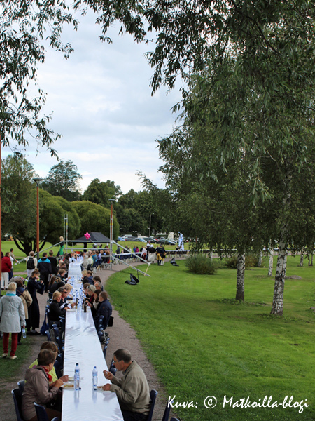 Loviisassa tehtiin lauantaina uusi Guinessin ennätys, ja maailman pisin lounaspöytä näki päivänvalon. Kuva: © Matkoilla-blogi