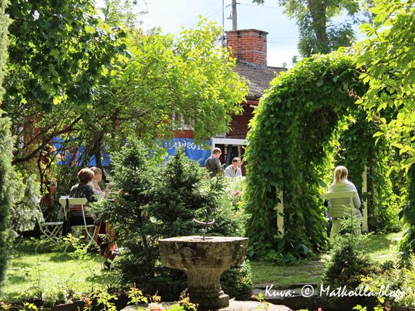 Pilastereiden puutarhassa nautittiin samppanjasta ja jazzista. Kuva: © Matkoilla-blogi