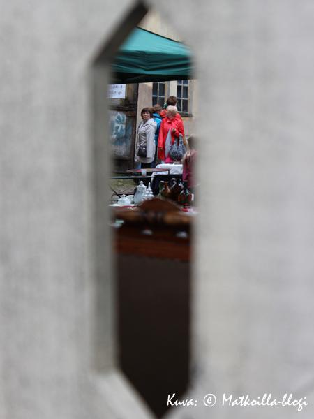 Kurkistus Vanhan Apteekin sisäpihalle. Kuva: © Matkoilla-blogi