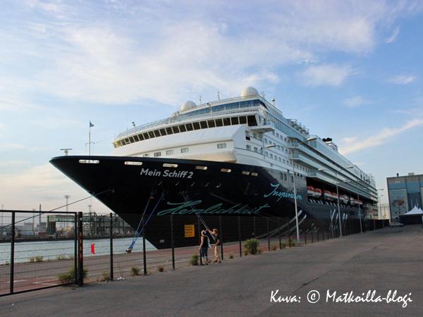 """""""Mein Schiff 2"""" Hernesaaren laiturissa. Kuva: © Matkoilla-blogi"""