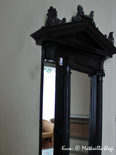 Jokaisessa itseään kunnioittavassa 1800-luvun huvilassa on tietenkin peiliksi naamioitu salaovi. Kuva: © Matkoilla-blogi