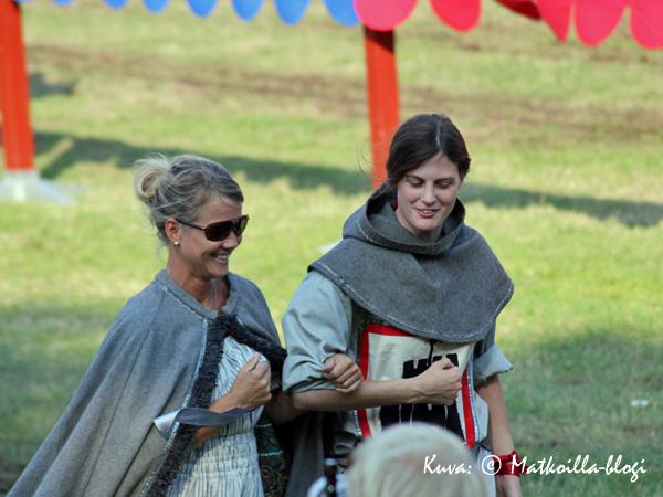 Turnajaisiin kuuluvat olennaisesti myös kauniit neidot, jotka kannustavat omaa suosikkiritariaan. Kuva: © Matkoilla-blogi