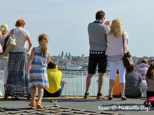 Keskiaikaisen kehämuurin ympäröimä Visby häämöttää! Kuva: © Matkoilla-blogi