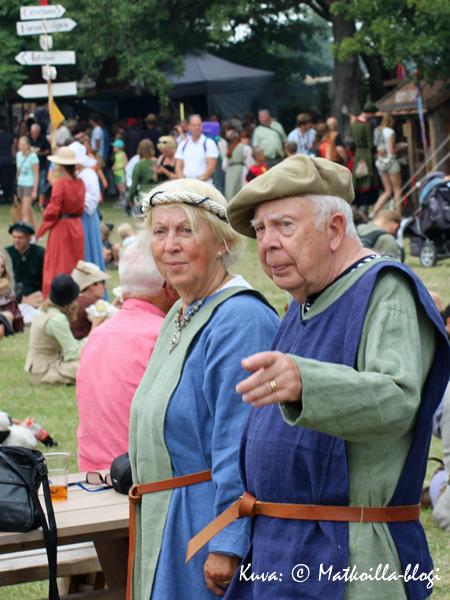 Keskiaikaviikkoon kuuluu ajanmukainen pukeutuminen, ja siihen osallistuvat niin vanhat… Kuva: © Matkoilla-blogi