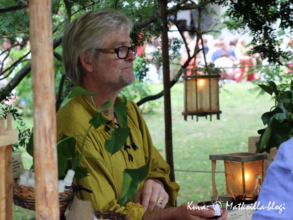 …ja tämä herrasmies puolestaan erilaisista yrteistä valmistettuja rohtoja ja voiteita. Kuva: © Matkoilla-blogi