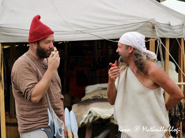 Nämä kaksi iloista veijaria kauppasivat markkinoilla kukkopillejä... Kuva: © Matkoilla-blogi