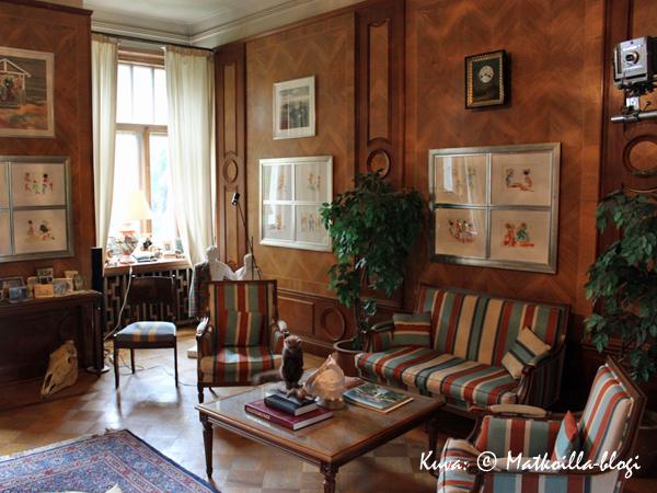 Viihtyisä, puupanelein vuorattu sali Bongan linnassa. Kuva: © Matkoilla-blogi