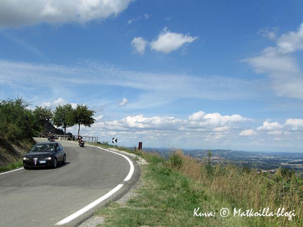 Mutkittelevat mutta hyväkuntoiset tiet hipovat välillä taivasta. Kuva: © Matkoilla-blogi