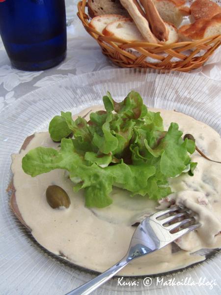Vitello Tonnato - juuri pelastettu kuvaan nälkäiseltä lounastajalta.... Kuva: © Matkoilla-blogi